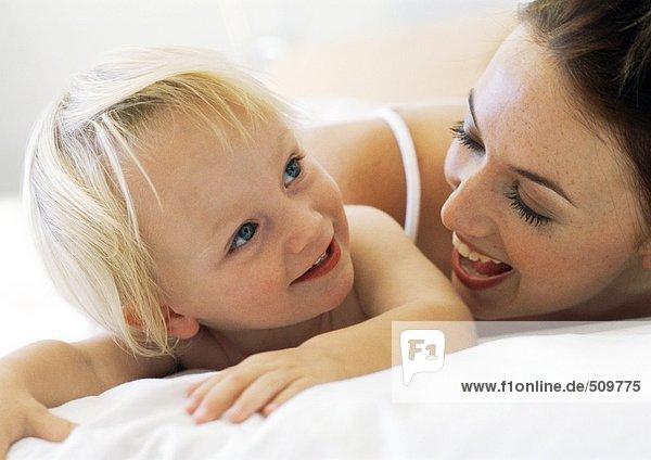 Frau lächelt Baby an  Nahaufnahme