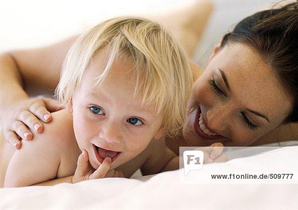 Frau und Baby lächeln  Nahaufnahme