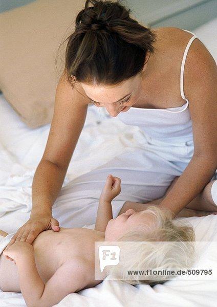 Mutter berührt den Bauch des Babys