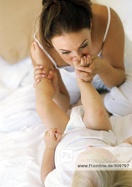 Mutter küsst Babys Fuß