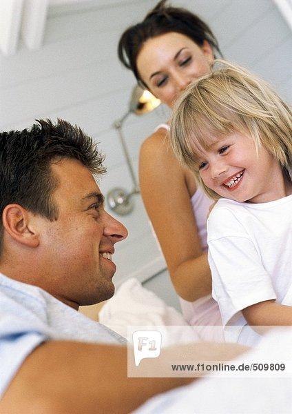 Eltern und Tochter lächeln  Blickwinkel niedrig