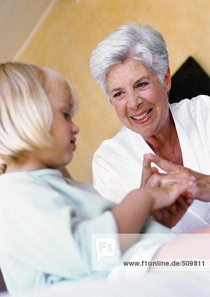 Großmutter und Enkelin beim Spiel mit den Fingern