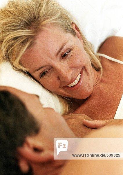 Paar im Bett liegend von Angesicht zu Angesicht  Nahaufnahme