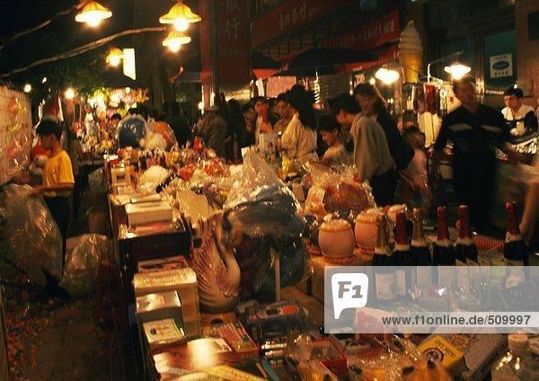 Straßenmarkt bei Nacht