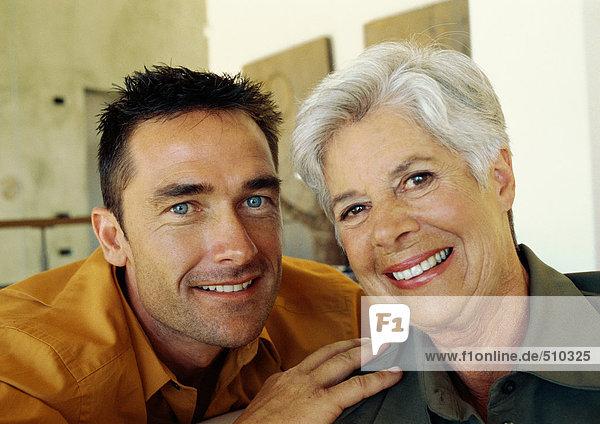Mann und Seniorin lächelnd  Portrait