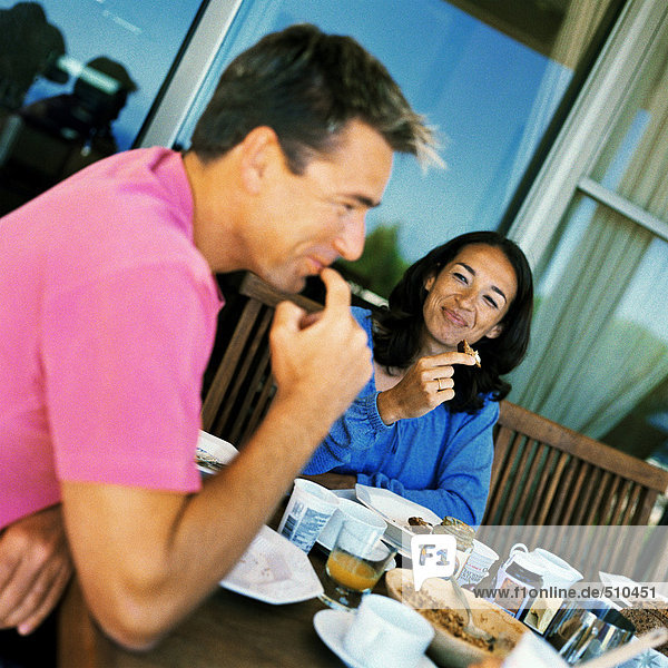 Paar beim Frühstück  lächelnd
