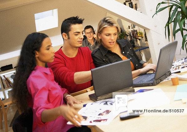 Menschen  die mit Laptops im Büro arbeiten  Nahaufnahme