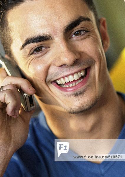Mann mit Handy  lächelnd  Nahaufnahme