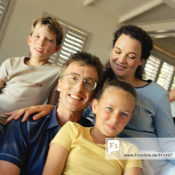 Porträt der Familie  die alle eng beieinander sitzen