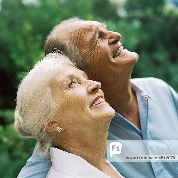 Seniorenpaar schaut nach oben  Porträt