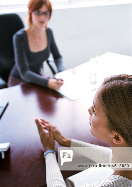 Geschäftsfrauen sitzen am Schreibtisch