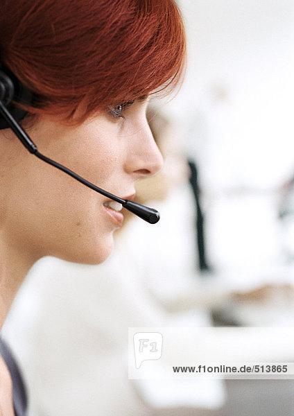 Frau mit Headset  Seitenansicht