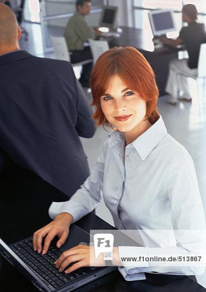 Leute  die im Büro arbeiten  Geschäftsfrau mit Laptop  Portrait