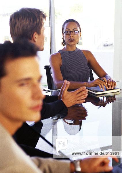 Geschäftsleute sitzen am Tisch