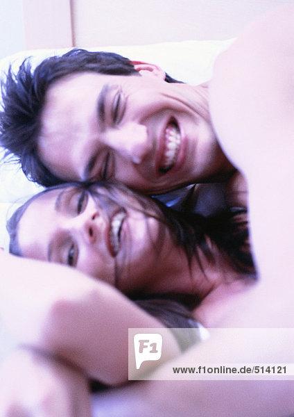 Mann und Frau umarmen sich im Bett  Nahaufnahme