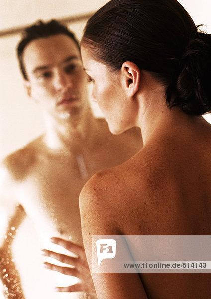 Nacktes Paar einander zugewandt durch Glasduschtüre  Nahaufnahme