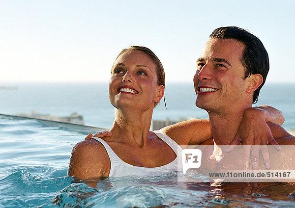 Paare zusammen im Schwimmbad