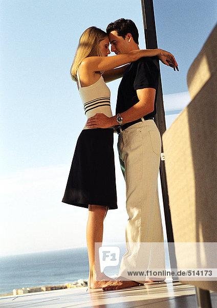 Paar umarmend  volle Länge  Seitenansicht