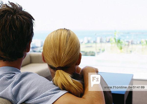 Mann mit Arm auf der Schulter der Frau  Rückansicht  Nahaufnahme