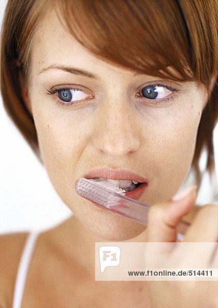 Frau beim Zähneputzen  Nahaufnahme