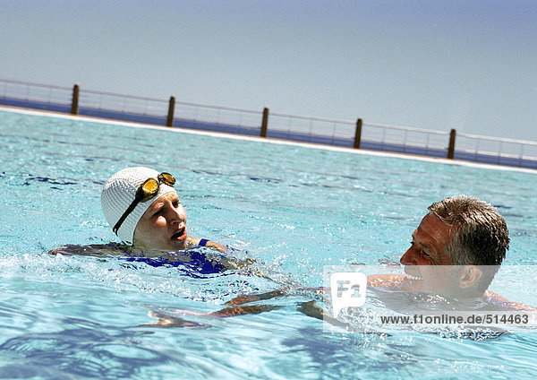 Reife Männer und Frauen im Schwimmbad