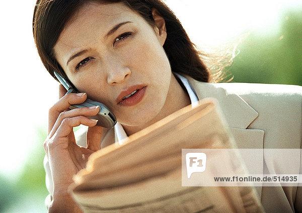 Geschäftsfrau mit Handy  Nahaufnahme  Neigung