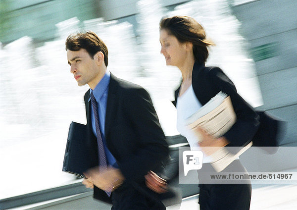 Geschäftsmann und Frau im Freien  verschwommene Bewegung
