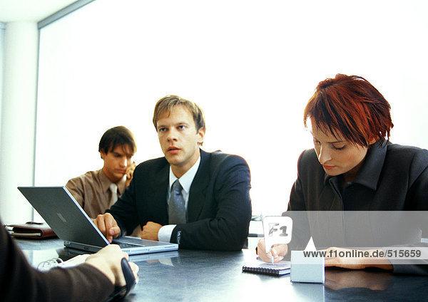 Geschäftsleute  die bei Tisch zusammenarbeiten