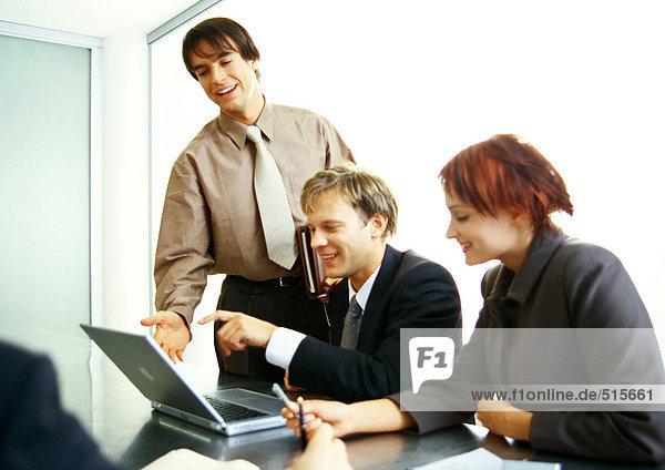 Geschäftsleute  die gemeinsam am Laptop arbeiten