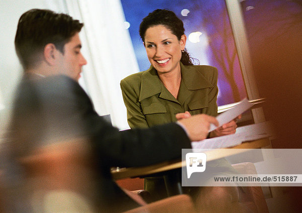 Geschäftsmann und Geschäftsfrau bei der Zusammenarbeit