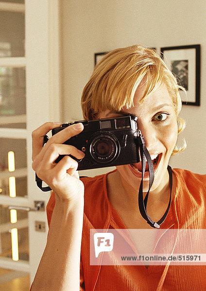 Teenagerin beim Fotografieren  lachend