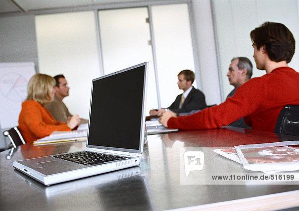 Geschäftsleute sitzen am Tisch im Besprechungsraum.