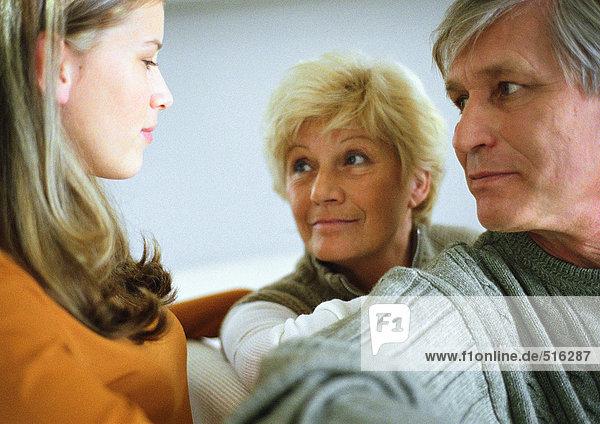 Teenagermädchen  Seitenansicht  zwei ältere Erwachsene  Kopf und Schultern  Nahaufnahme