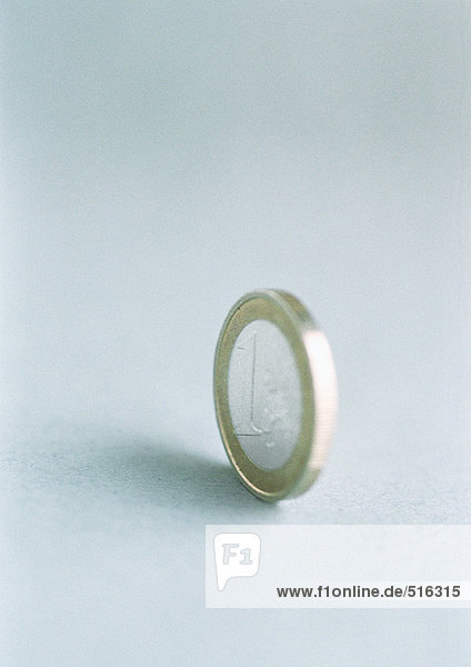 Eine Euro-Münze stehend  Nahaufnahme