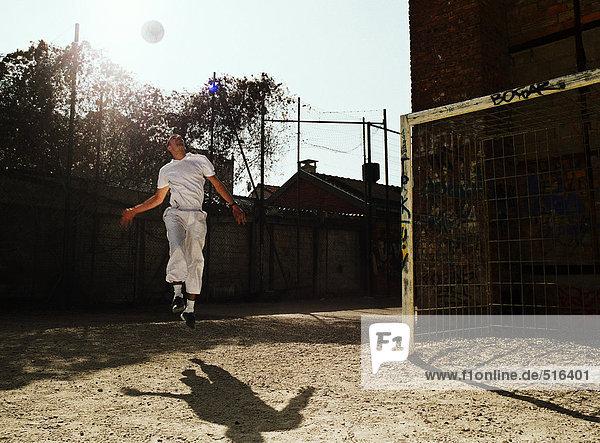 Mann in der Luft mit Fußball Mann in der Luft mit Fußball