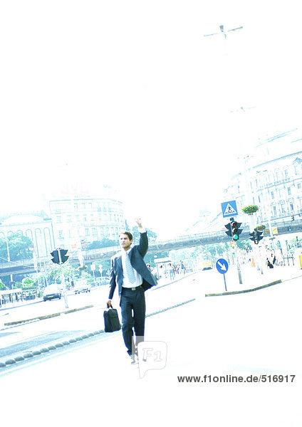 Geschäftsmann auf der Straße  Hand hoch.