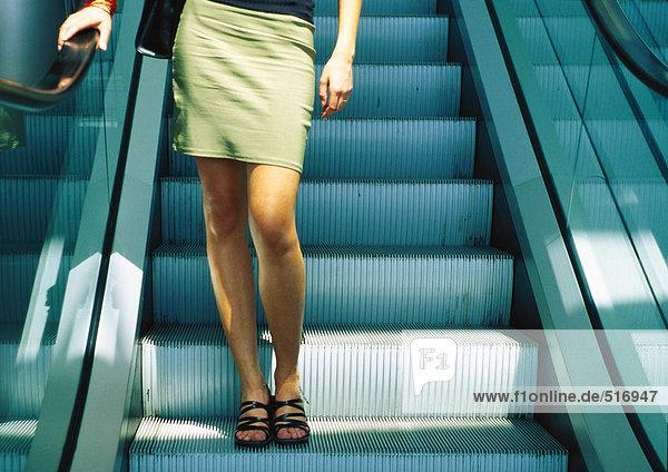 Frau auf der Rolltreppe  Unterteil  Nahaufnahme