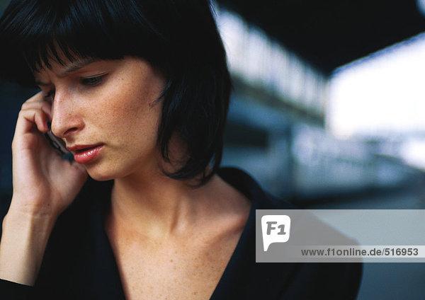 Frau mit Handy  Portrait