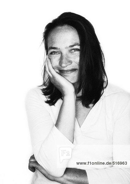 Frau lächelnd  Hand auf Wange  Porträt s/w.