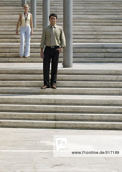 Mann und Frau stehen auf einer Treppe im Freien