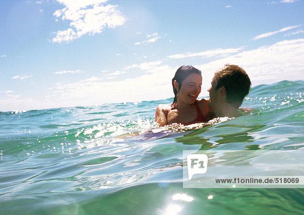 Paarumarmungen im Meer