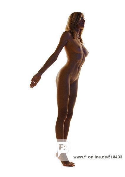 Nackte Frau auf Zehenspitzen stehend mit Armrücken  volle Länge