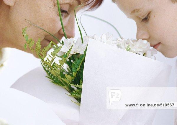 Großmutter und Enkel duftender Blumenstrauß