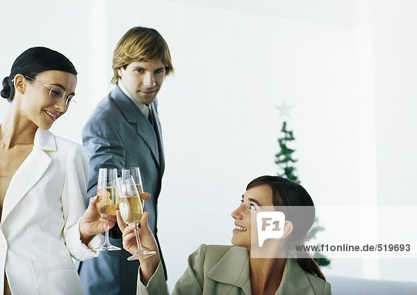 Geschäftsleute klirren an den Gläsern