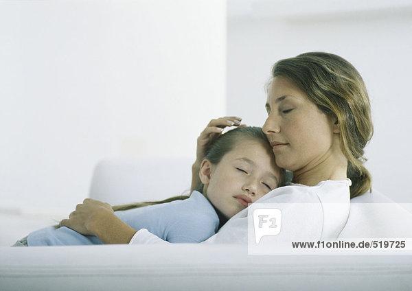 Mädchen schläft auf der Brust der Frau