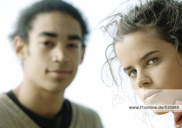 Junges Paar  Blick in die Kamera  Nahaufnahme