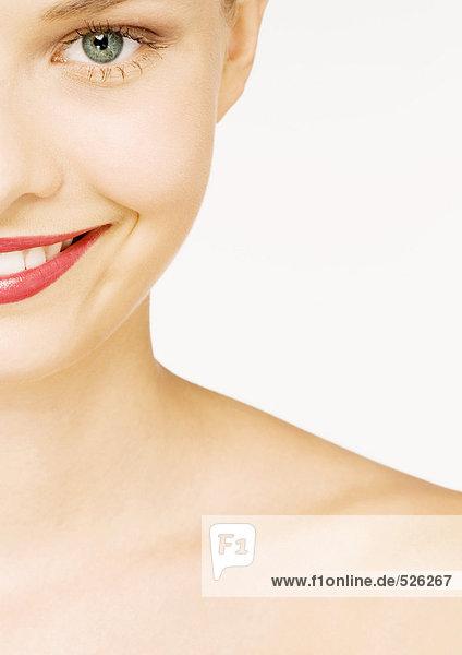 Frau mit Lippenstift  Teilansicht von Gesicht und Schulter  Mund