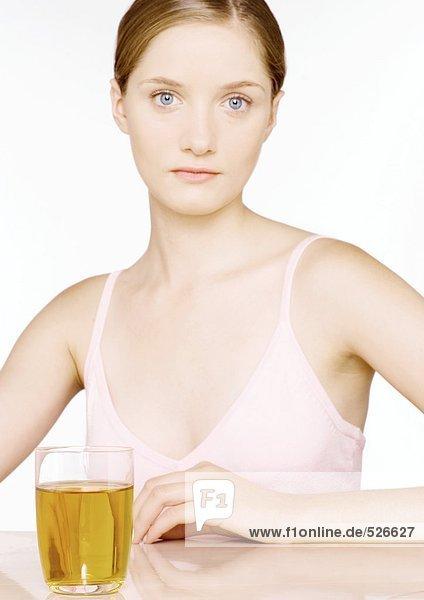 Junge Frau mit einem Glas Apfelsaft