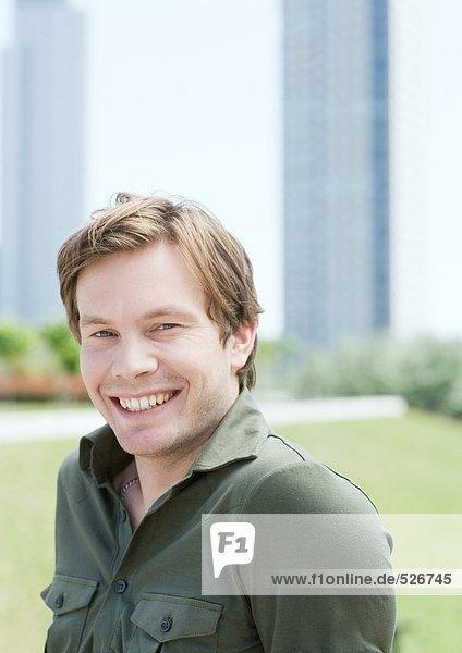Junger Mann im Stadtpark  Portrait