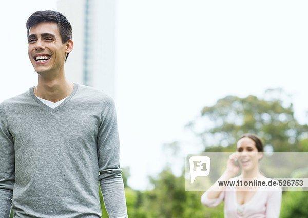Junger Mann und Frau im Stadtpark